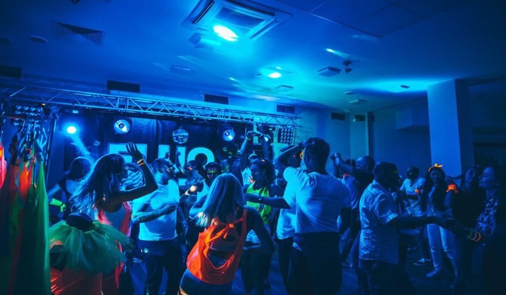 impreza fluo, event firmowy, integracja firmowa