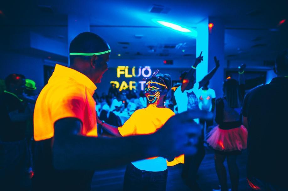 impreza fluo, świecące w ciemności kolory