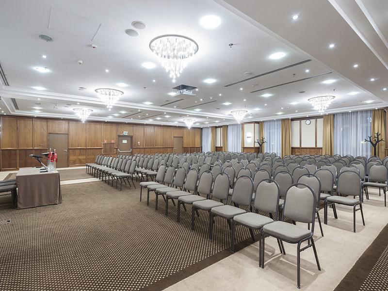 konferencja, teatralny układ krzeseł