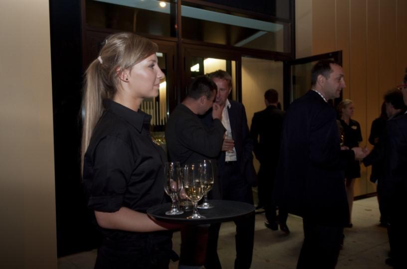 hostessa z napojami, otwarcie siedziby, impreza firmowa