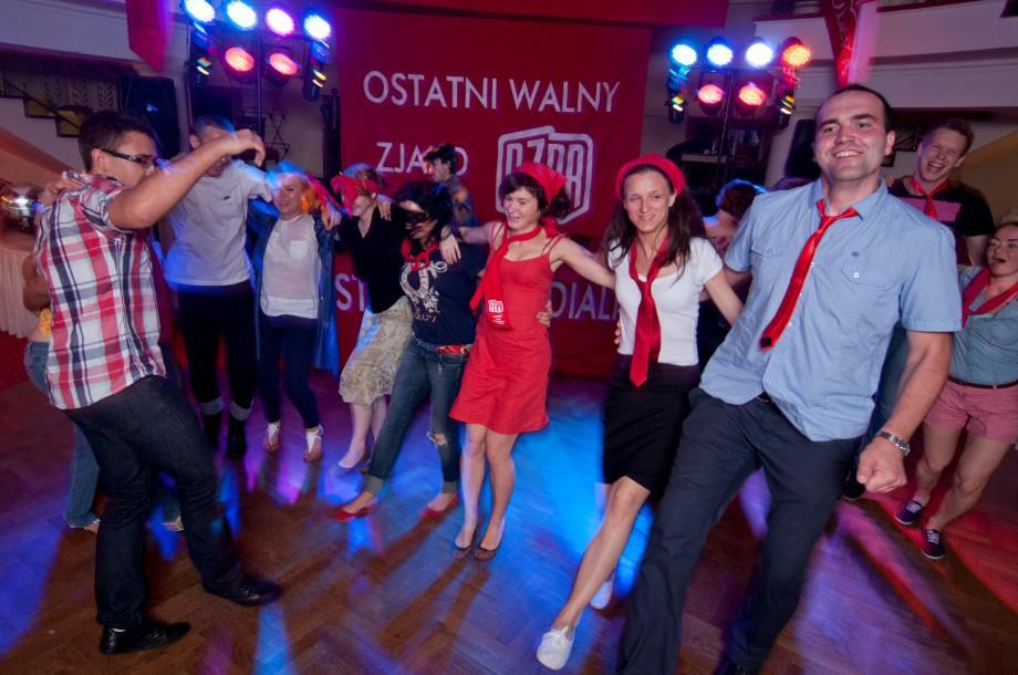 tańce na imprezie wieczornej dla pracowników