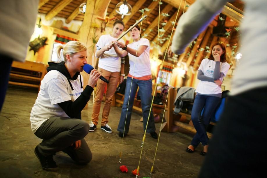 konferansjerka, zabawa integracyjna, budowanie bud dla psiaków