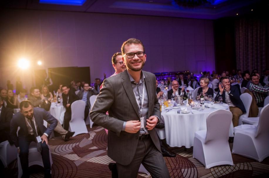 wręczenie nagrody na evencie firmowym