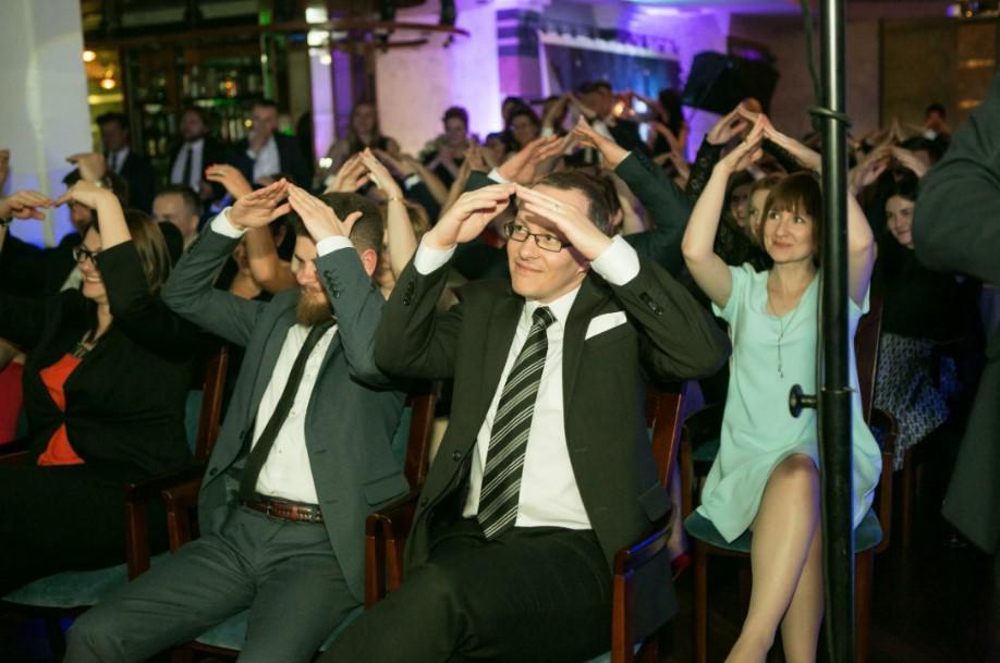 wieczorna atrakcja na evencie firmowym, atrakcje wieczorne,publiczność na występie kabaretu