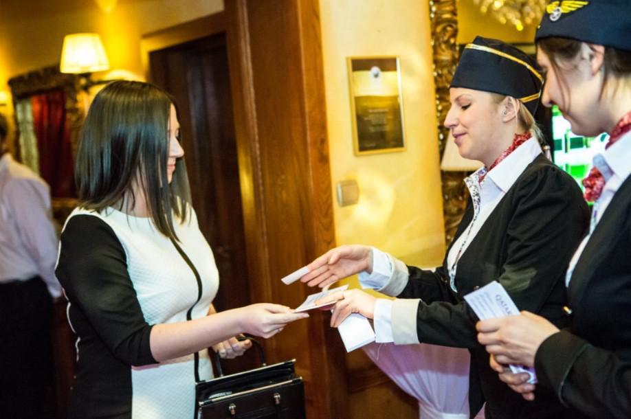 witanie gości, bilet lotniczy, stewardessa