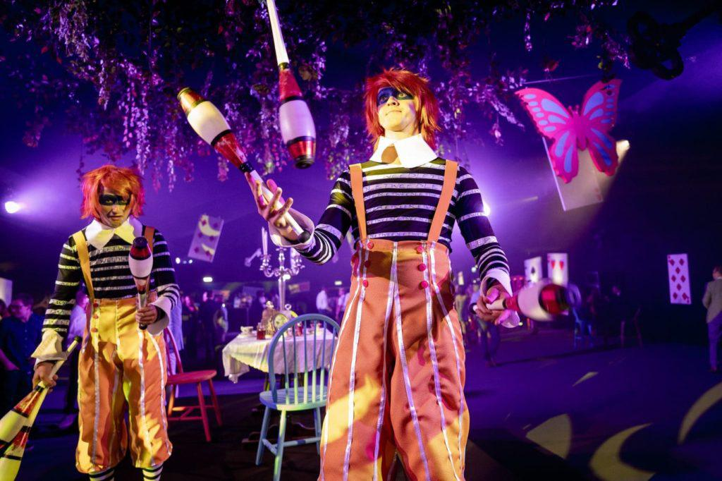 pokaz artystów, żonglerka, klimat alice in wonderland