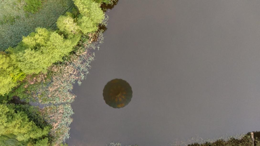 odbicie balonu na tafli jeziora