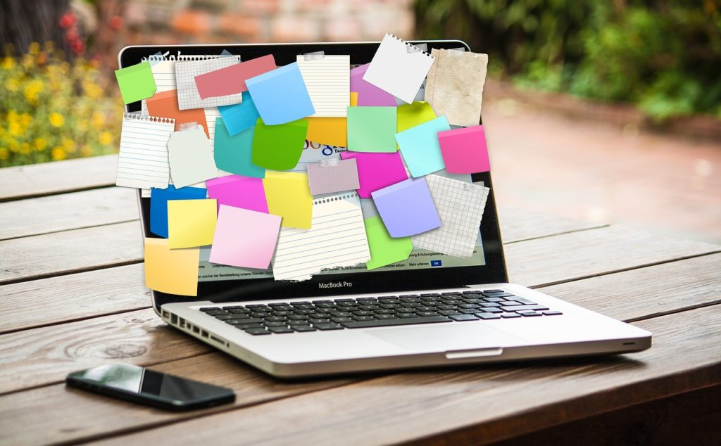laptop i telefon na stole, narzędzia event managera