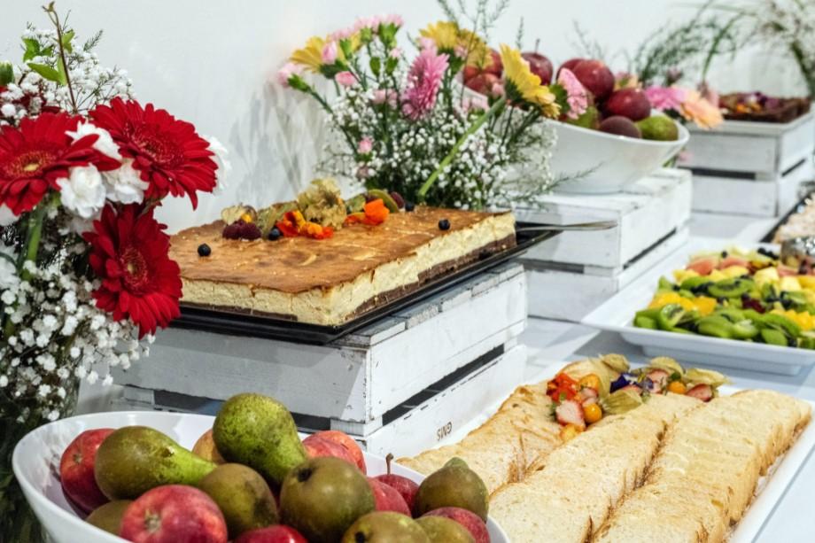 stół z poczęstunkiem na evence firmowym z okazji 25-lecia firmy Ikea w Polsce