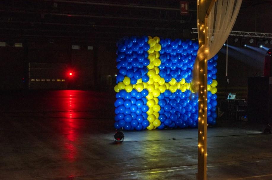 dekoracja z balonów na jubileuszu ikei w barwach flagi szwecji