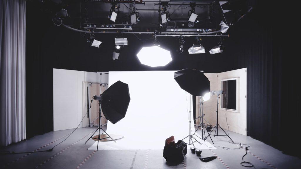 studio na event online ze światłem
