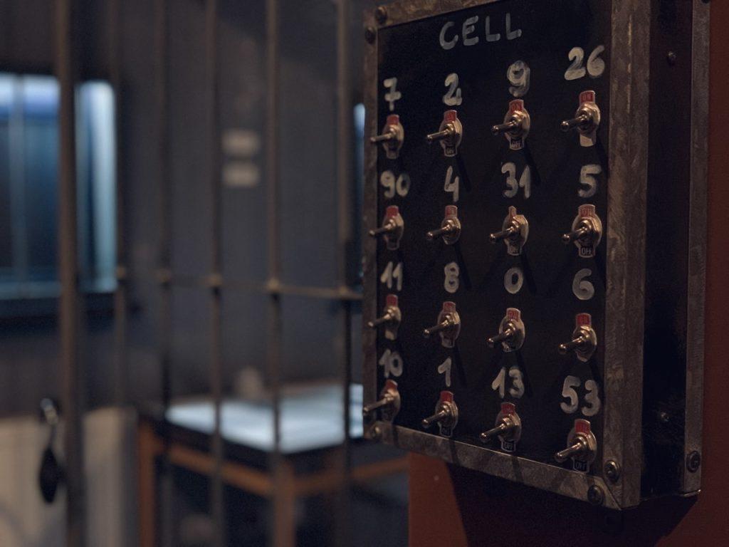 pokój stylizowany na więzienie, escape room online