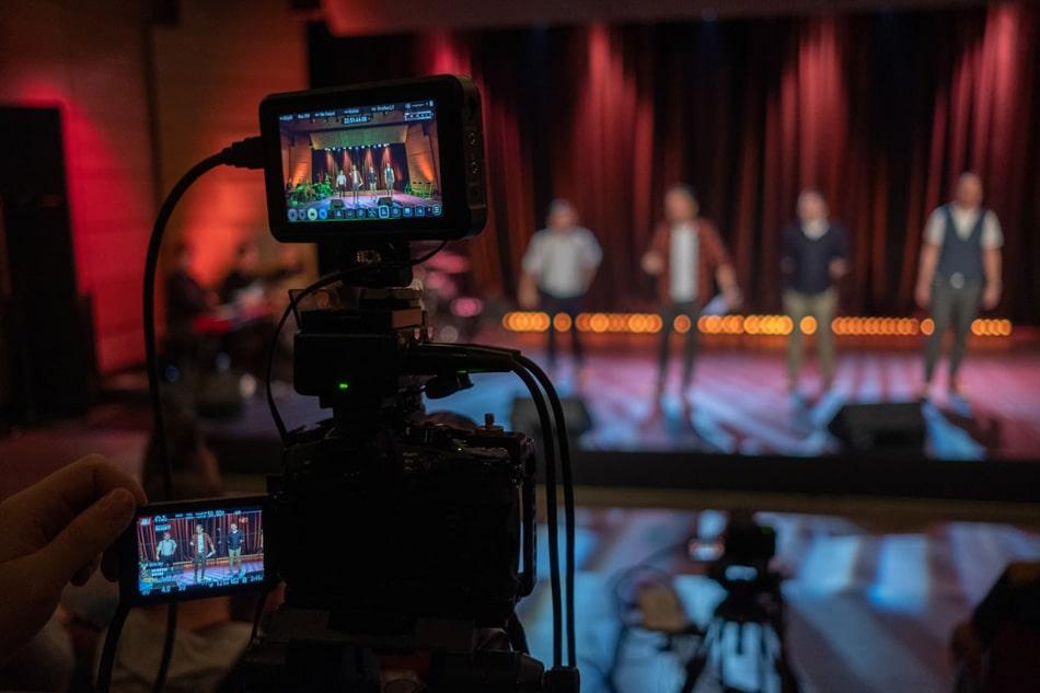 kamera nagrywająca artystów na evencie online