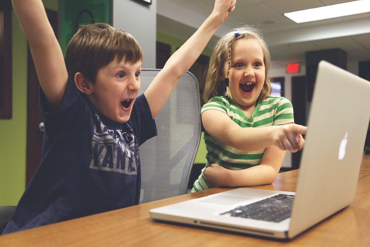uśmiechnięte i szczęśliwe dzieci
